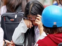 Tra xong điểm thi lớp 10, cả con và mẹ bật khóc