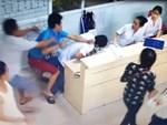 2 giáo viên đi tiếp thị tranh thủ lúc nghỉ hè, bị dân lao vào đánh vì hiểu nhầm bắt cóc trẻ em-2
