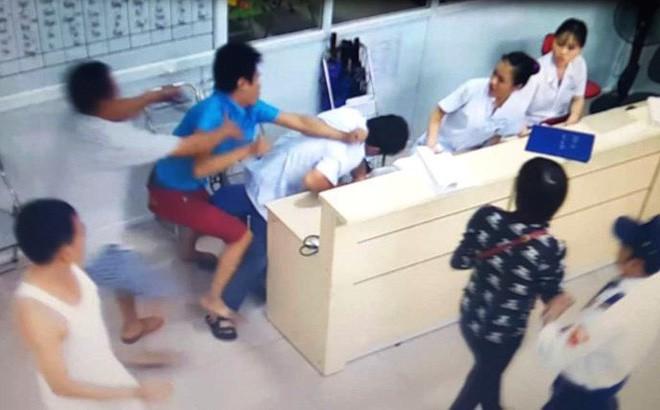 Nam thanh niên tát, đá ngã 2 nữ điều dưỡng khi đưa bạn đi cấp cứu-1