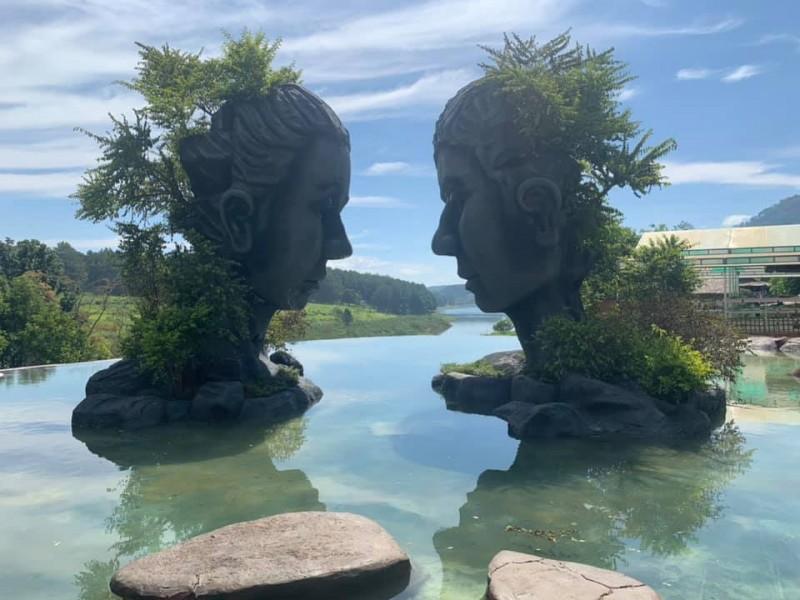 Tranh nhau vị trí chụp ảnh ở Đà Lạt, 2 phụ nữ lao vào ẩu đả ngay giữa hồ nước-2
