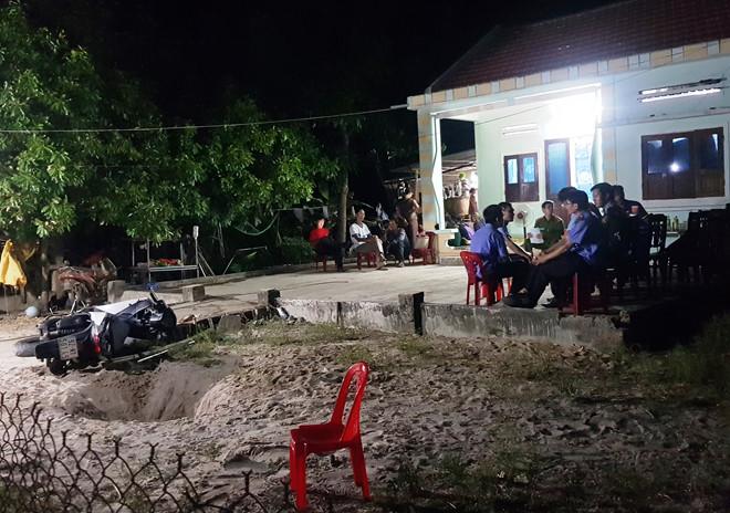 Côn đồ kéo đến nhà truy sát trong đêm, cha chết, 2 con nguy kịch-1