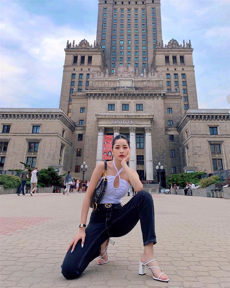 Khoe street style, Chi Pu pose dáng dạng rộng chẳng kém Hà Hồ - Ngọc Trinh đốt mắt chỉ bằng 1 chiếc áo croptop-1