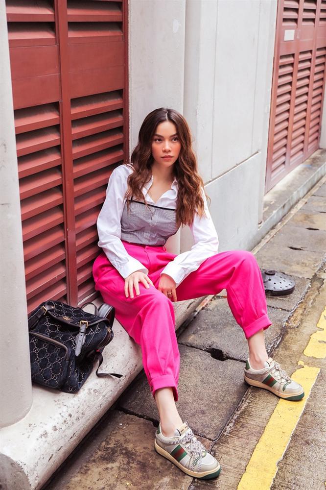 Khoe street style, Chi Pu pose dáng dạng rộng chẳng kém Hà Hồ - Ngọc Trinh đốt mắt chỉ bằng 1 chiếc áo croptop-6