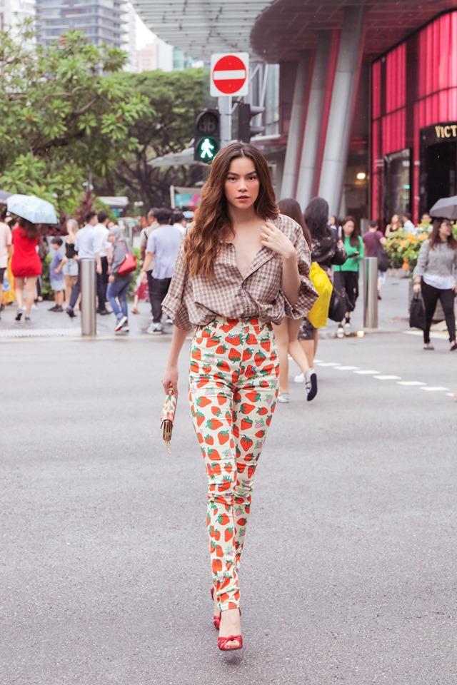 Khoe street style, Chi Pu pose dáng dạng rộng chẳng kém Hà Hồ - Ngọc Trinh đốt mắt chỉ bằng 1 chiếc áo croptop-7