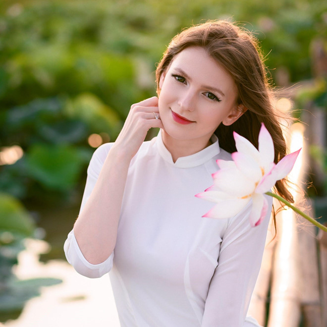 Ba người đẹp Đông Âu gây sốt khi chụp ảnh với sen-3