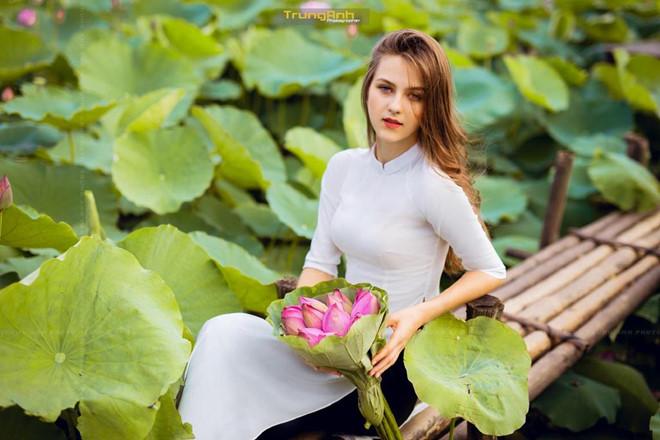 Ba người đẹp Đông Âu gây sốt khi chụp ảnh với sen-6