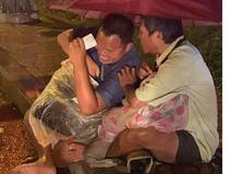 Xúc động cảnh 2 người đàn ông khiếm thị, nương nhau dưới cơn mưa đêm ở Sài Gòn để bán từng tấm vé số mưu sinh