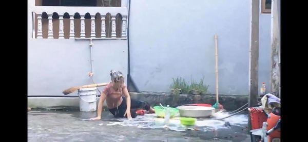 Ăn mừng kênh Youtube đạt 20k sub, con trai đổ nguyên thau trứng lên đầu mẹ rồi quay clip khoe chiến tích khiến nhiều người phẫn nộ-4