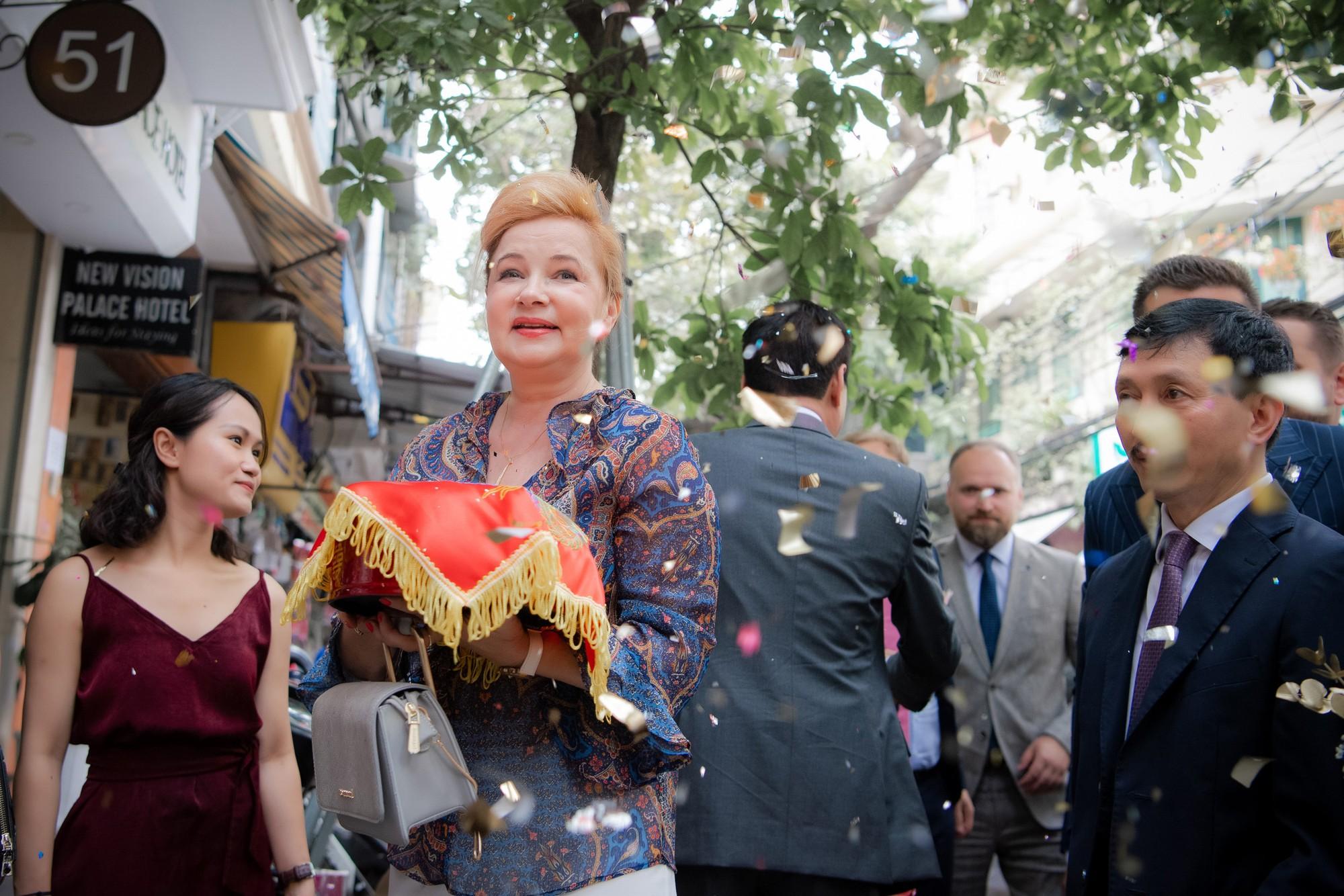 Toàn cảnh lễ đón dâu tại nhà phố cổ của siêu mẫu Phương Mai: Chú rể xuất hiện cùng đoàn xe sang, cô dâu òa khóc ôm chặt mẹ ruột-4