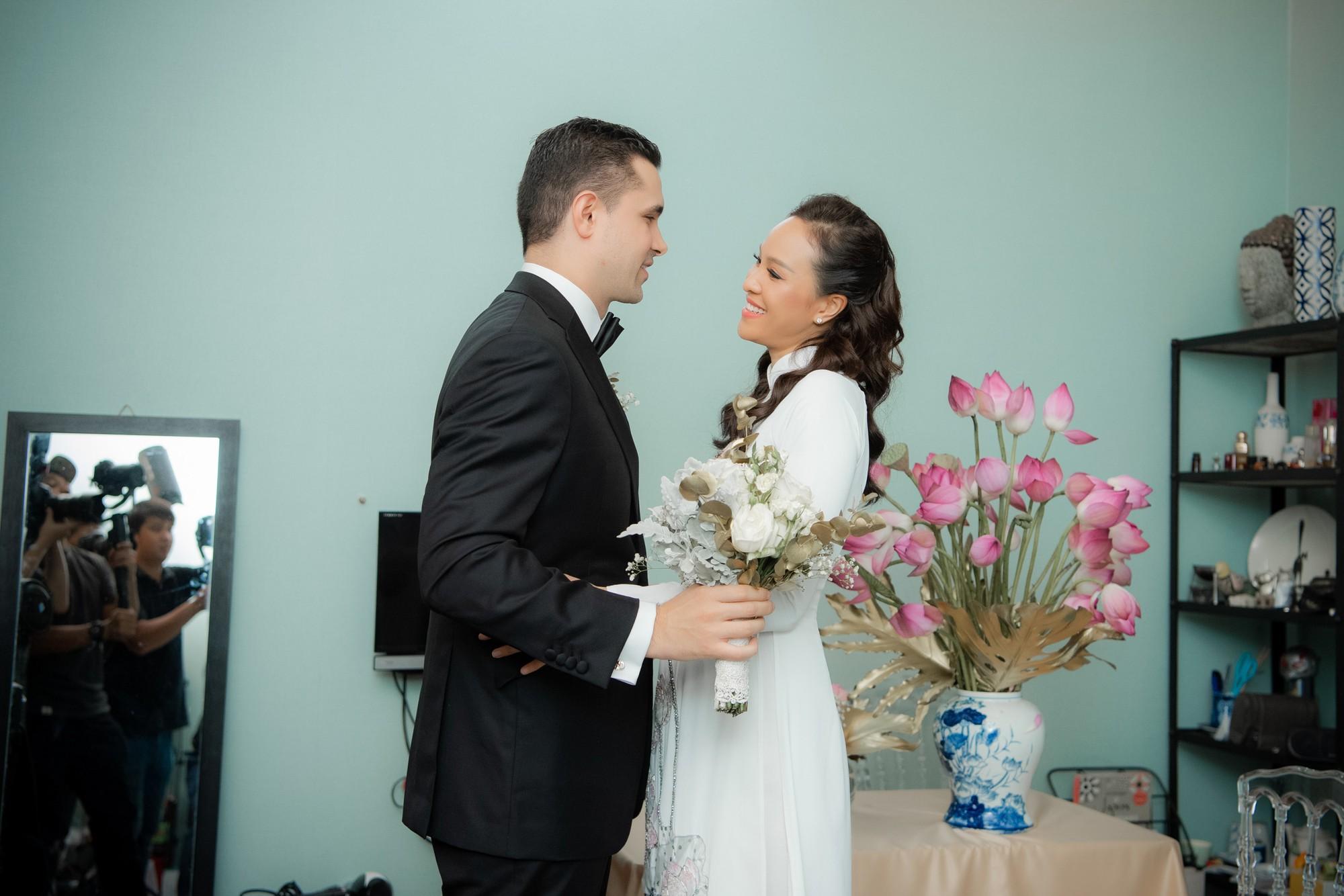 Toàn cảnh lễ đón dâu tại nhà phố cổ của siêu mẫu Phương Mai: Chú rể xuất hiện cùng đoàn xe sang, cô dâu òa khóc ôm chặt mẹ ruột-5