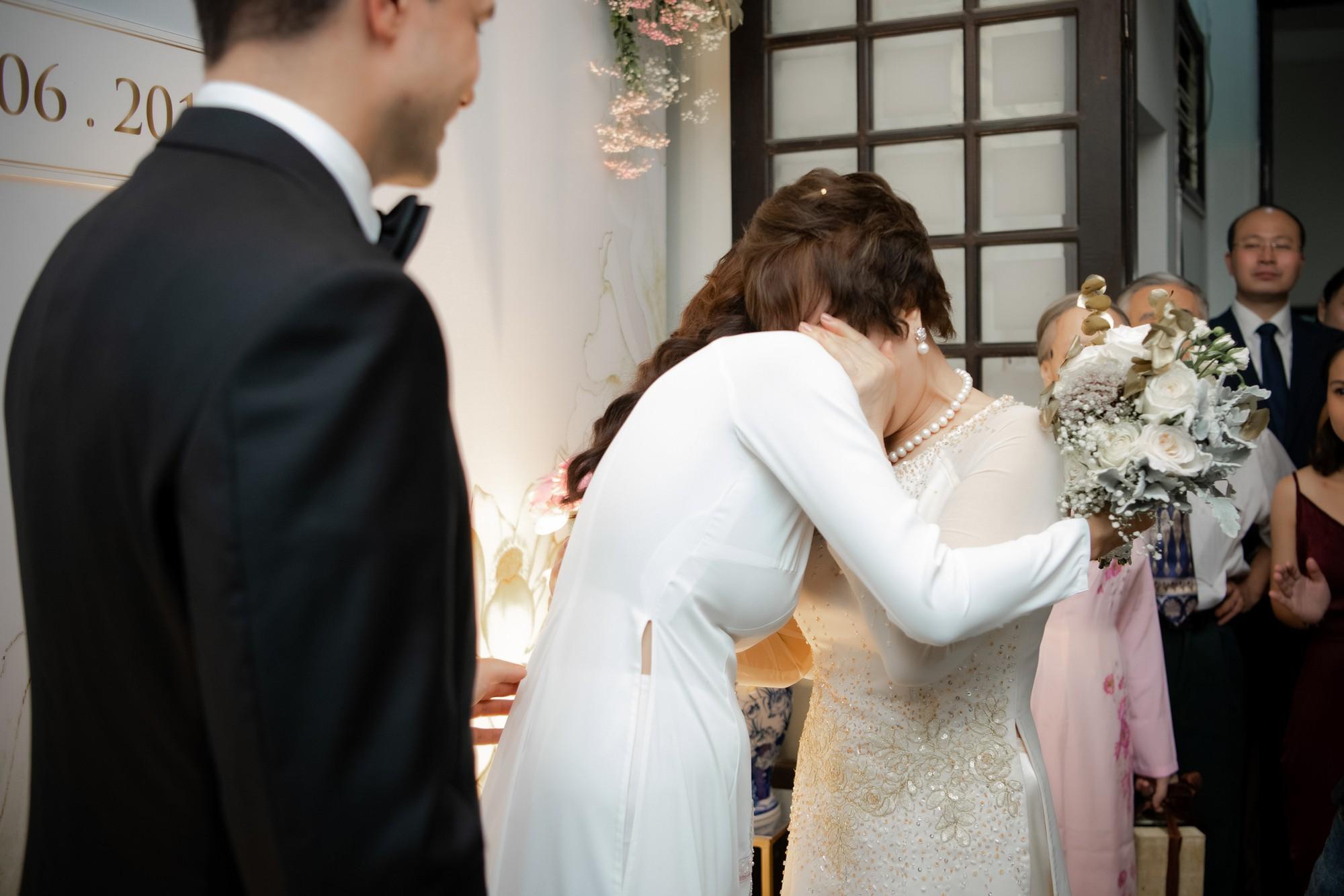 Toàn cảnh lễ đón dâu tại nhà phố cổ của siêu mẫu Phương Mai: Chú rể xuất hiện cùng đoàn xe sang, cô dâu òa khóc ôm chặt mẹ ruột-10