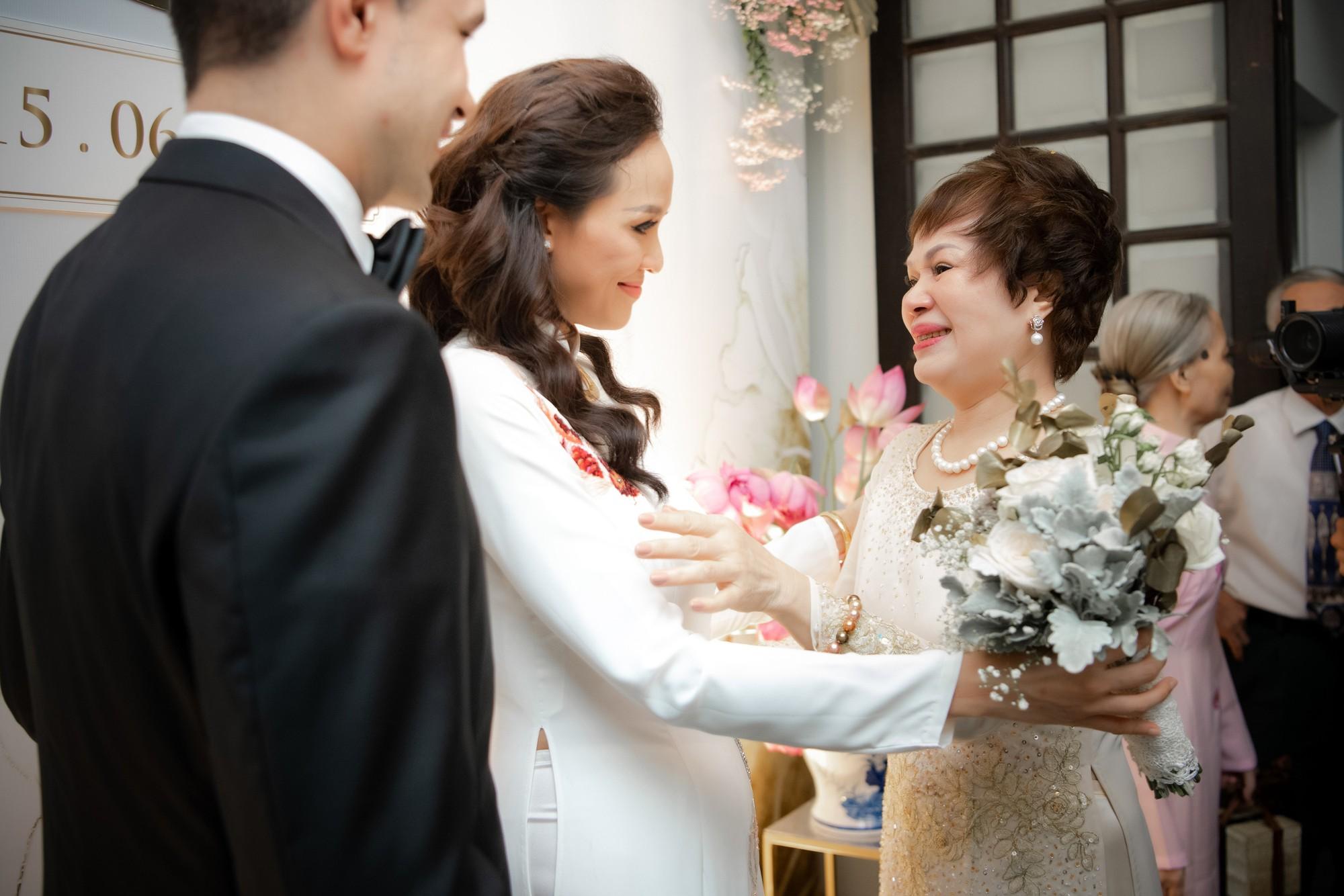 Toàn cảnh lễ đón dâu tại nhà phố cổ của siêu mẫu Phương Mai: Chú rể xuất hiện cùng đoàn xe sang, cô dâu òa khóc ôm chặt mẹ ruột-9