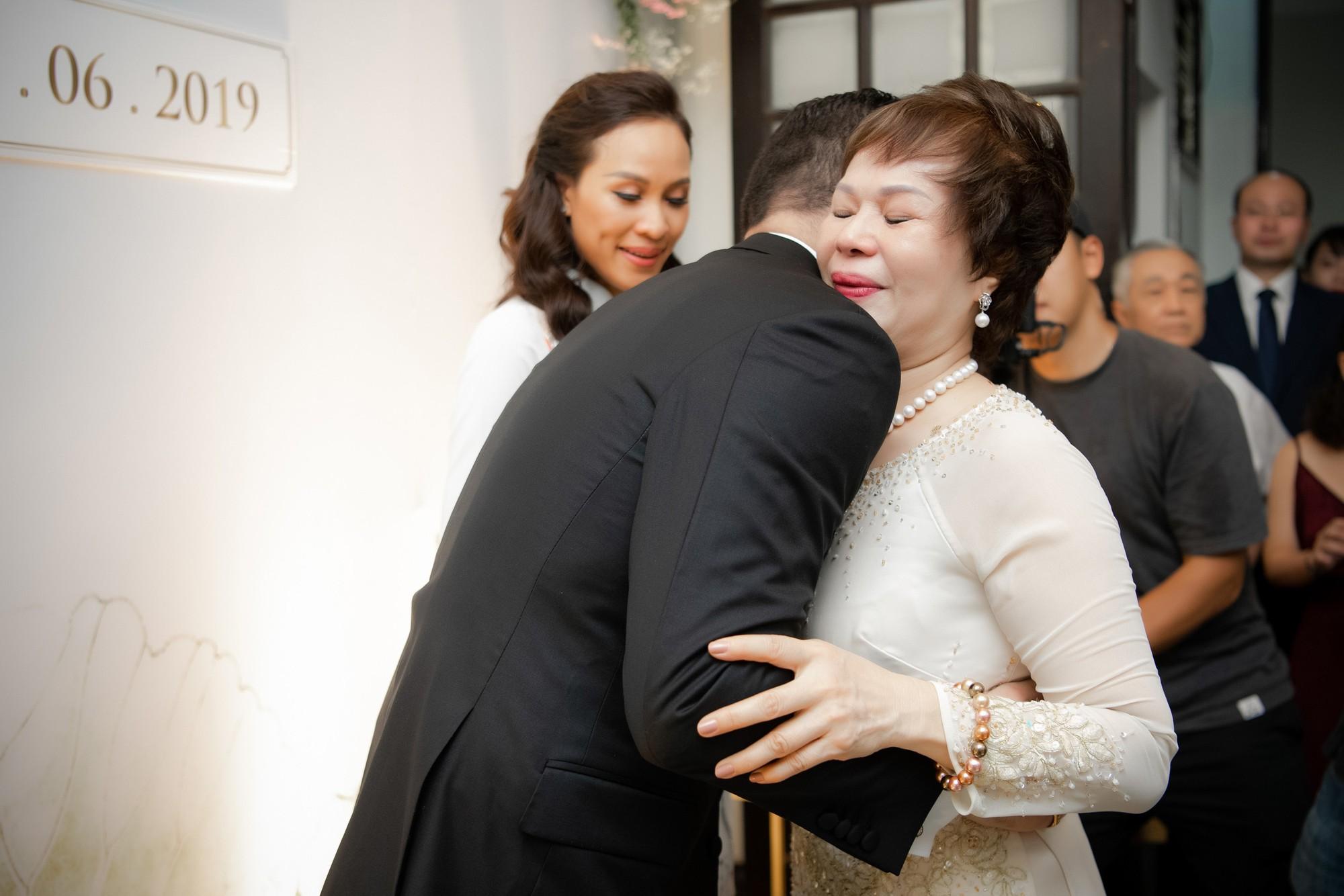 Toàn cảnh lễ đón dâu tại nhà phố cổ của siêu mẫu Phương Mai: Chú rể xuất hiện cùng đoàn xe sang, cô dâu òa khóc ôm chặt mẹ ruột-11