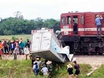 Tàu hỏa tông xe tải nát bét, tài xế nguy kịch