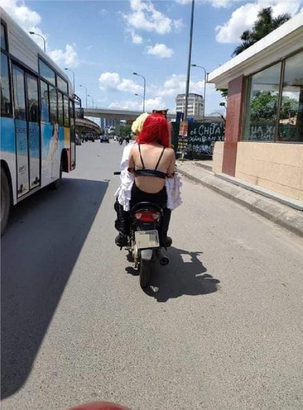Chỉ trong một tuần, giới trẻ Việt sốc tận óc trước 4 vụ gái xinh hết cởi sạch khoe thân đến ăn mặc hở hang ra phố-5