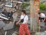 Hà Nội: Vứt tàn thuốc gây cháy dầm gỗ cầu Long Biên, nhóm nam thanh nữ tú vẫn vô tư chụp ảnh sống ảo trên đường ray-11