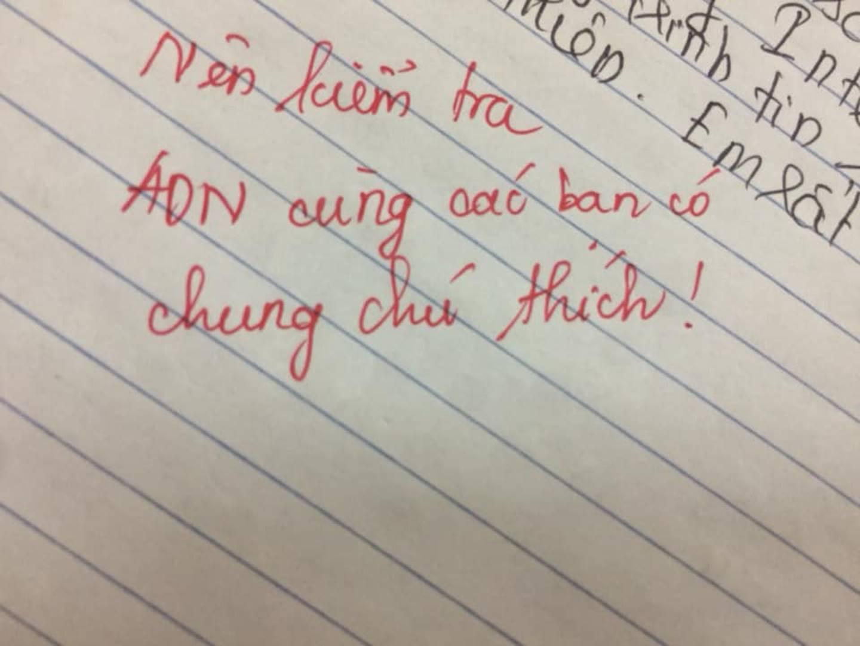 Học trò làm bài giống nhau, giáo viên phê một câu khiến ai cũng bật cười: Nên kiểm tra ADN những bạn có chung chú thích...-2
