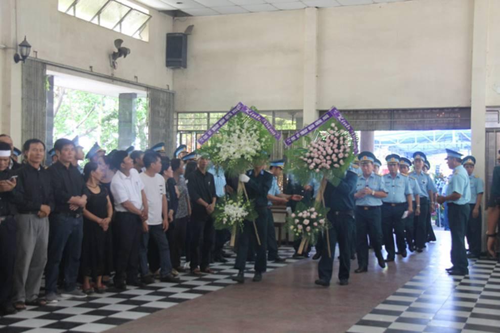 Nghẹn ngào lễ viếng 2 phi công hy sinh trong tai nạn rơi máy bay ở Khánh Hòa-3