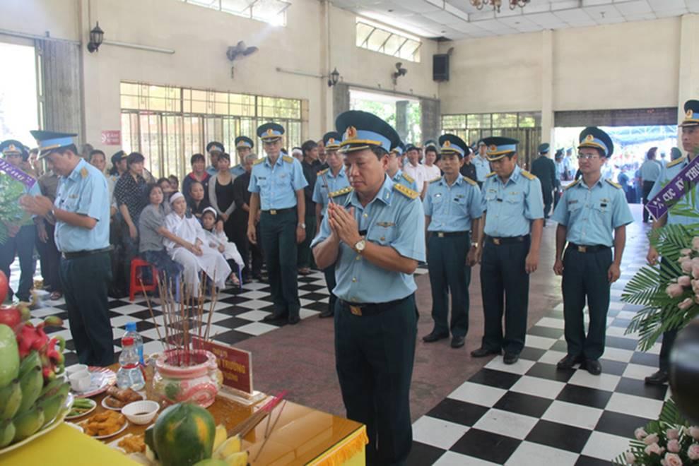 Nghẹn ngào lễ viếng 2 phi công hy sinh trong tai nạn rơi máy bay ở Khánh Hòa-4