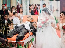 Rơi nước mắt khoảnh khắc người cha sắp qua đời nằm trên cáng dắt tay con gái vào lễ đường: