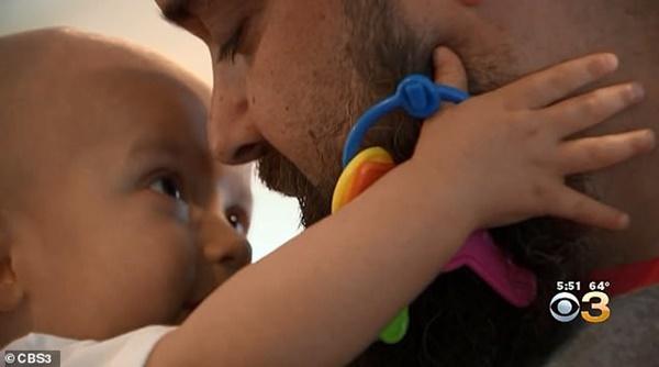 Thấy đầu con bắt đầu nghiêng nhẹ sang phải, bố mẹ không ngờ con trai 3 tháng tuổi bị bệnh ung thư nghiêm trọng đến thế-3