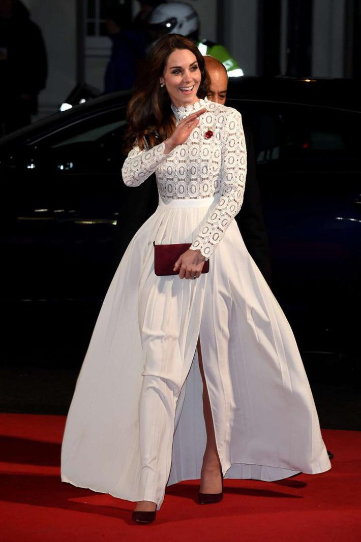 Hơn 3 tuổi nhưng công nương Kate Middleton sexy hơn hẳn công nương Sofia khi đụng váy-4