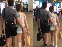 Cô gái mặc quần ngắn cũn hở nửa vòng 3, bạn trai đi bên cạnh đụng chạm gây sốc hơn