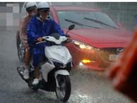 Mưa lớn kèm gió lốc mạnh khiến người Sài Gòn hốt hoảng, ướt sũng vì trở tay không kịp
