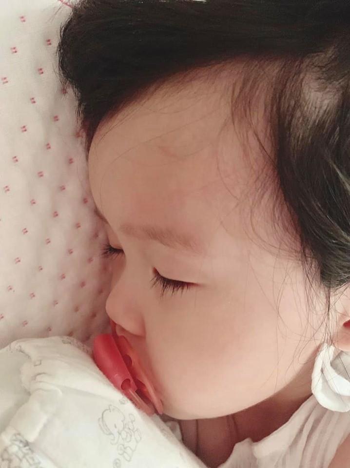 Hoa hậu Đặng Thu Thảo đăng ảnh con gái nhỏ đổ bệnh, thiếp đi vì sốt cao nhưng gây chú ý là dòng tâm sự nghẹn ngào đầy xúc động-1