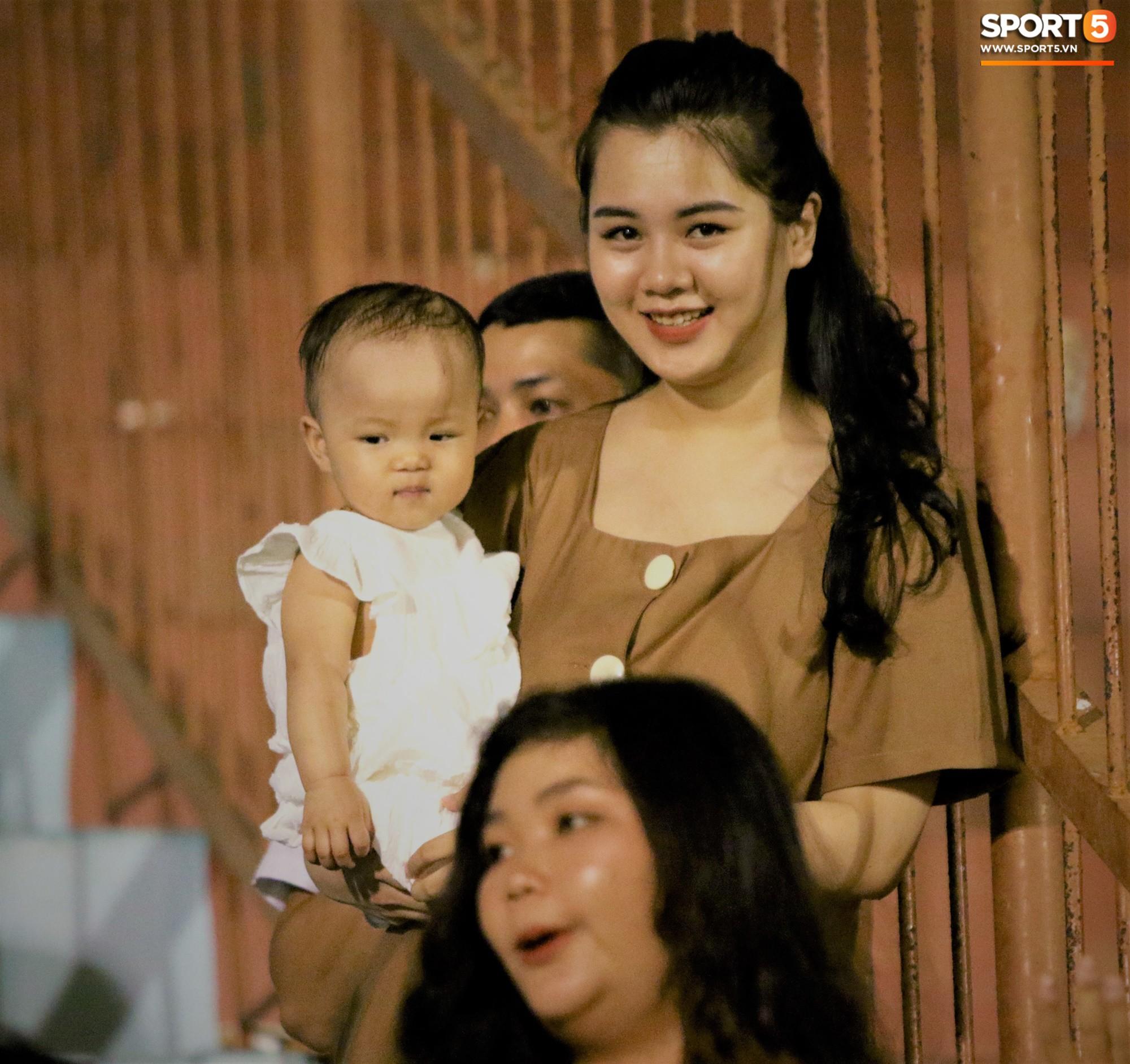 Hạnh phúc như Hải Quế: Ngày của bố được đón con gái xuống sân ăn mừng chiến thắng trước Khánh Hòa-2