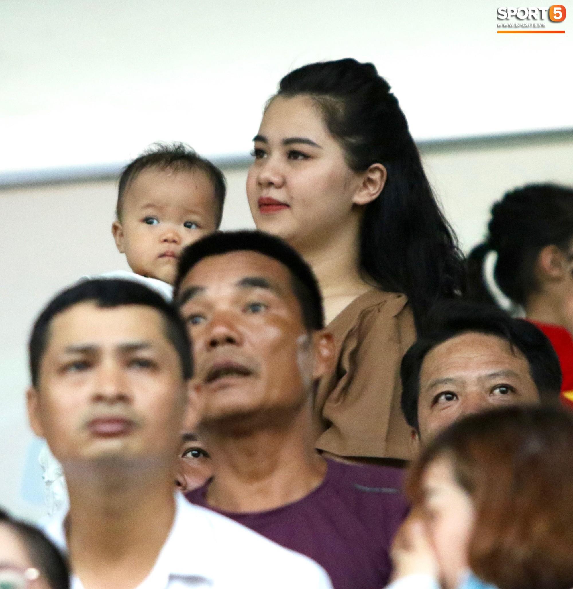 Hạnh phúc như Hải Quế: Ngày của bố được đón con gái xuống sân ăn mừng chiến thắng trước Khánh Hòa-3