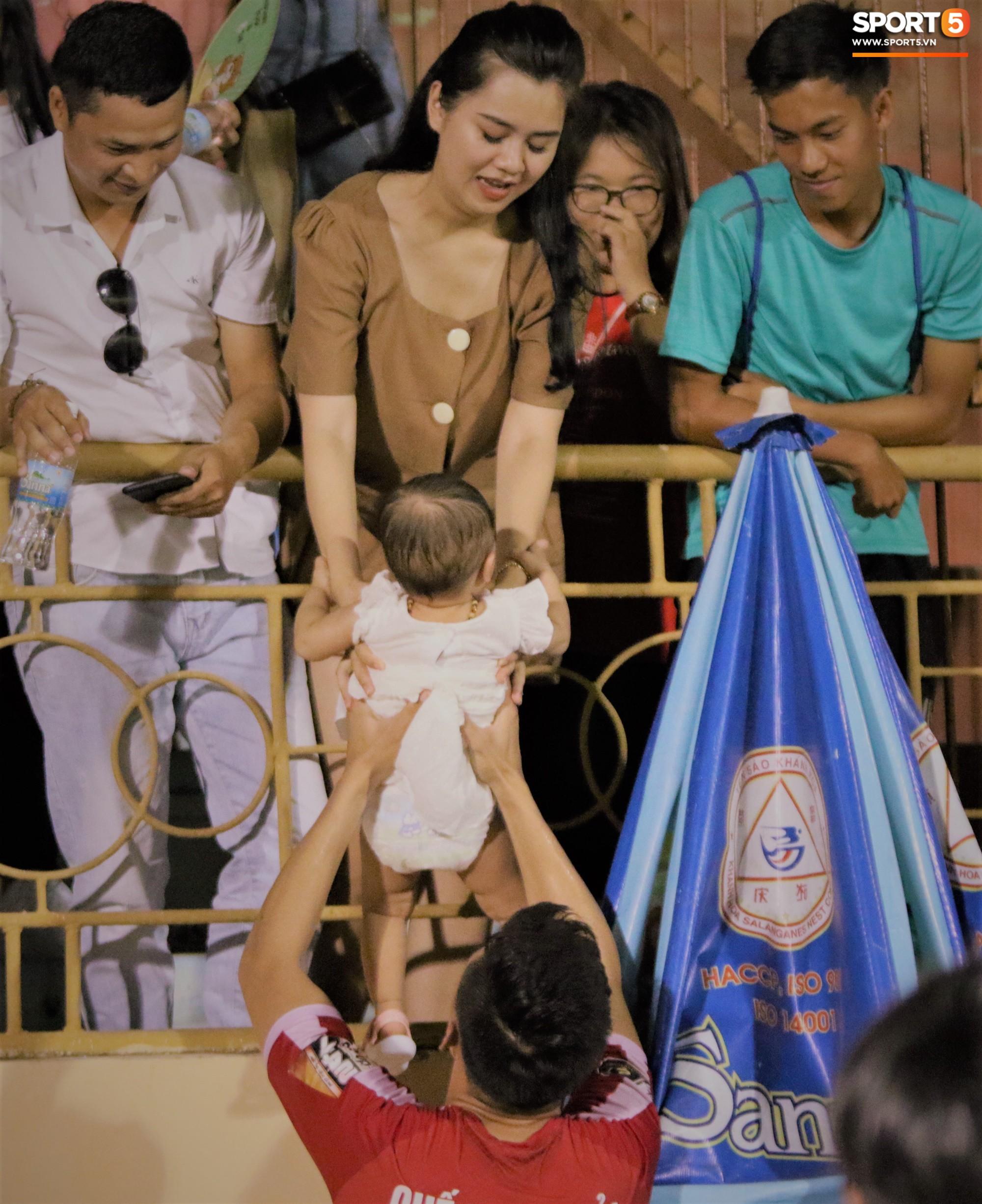 Hạnh phúc như Hải Quế: Ngày của bố được đón con gái xuống sân ăn mừng chiến thắng trước Khánh Hòa-6