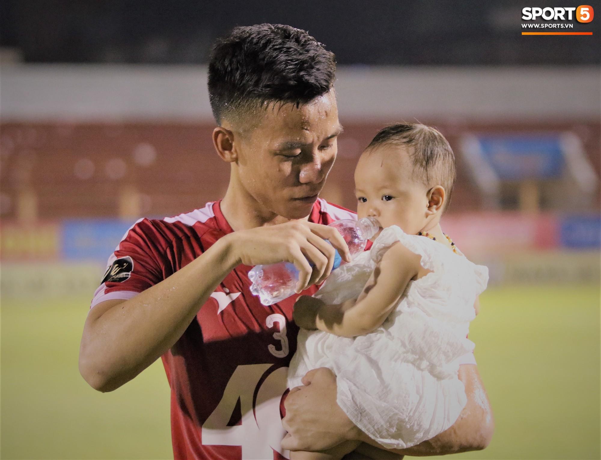 Hạnh phúc như Hải Quế: Ngày của bố được đón con gái xuống sân ăn mừng chiến thắng trước Khánh Hòa-7