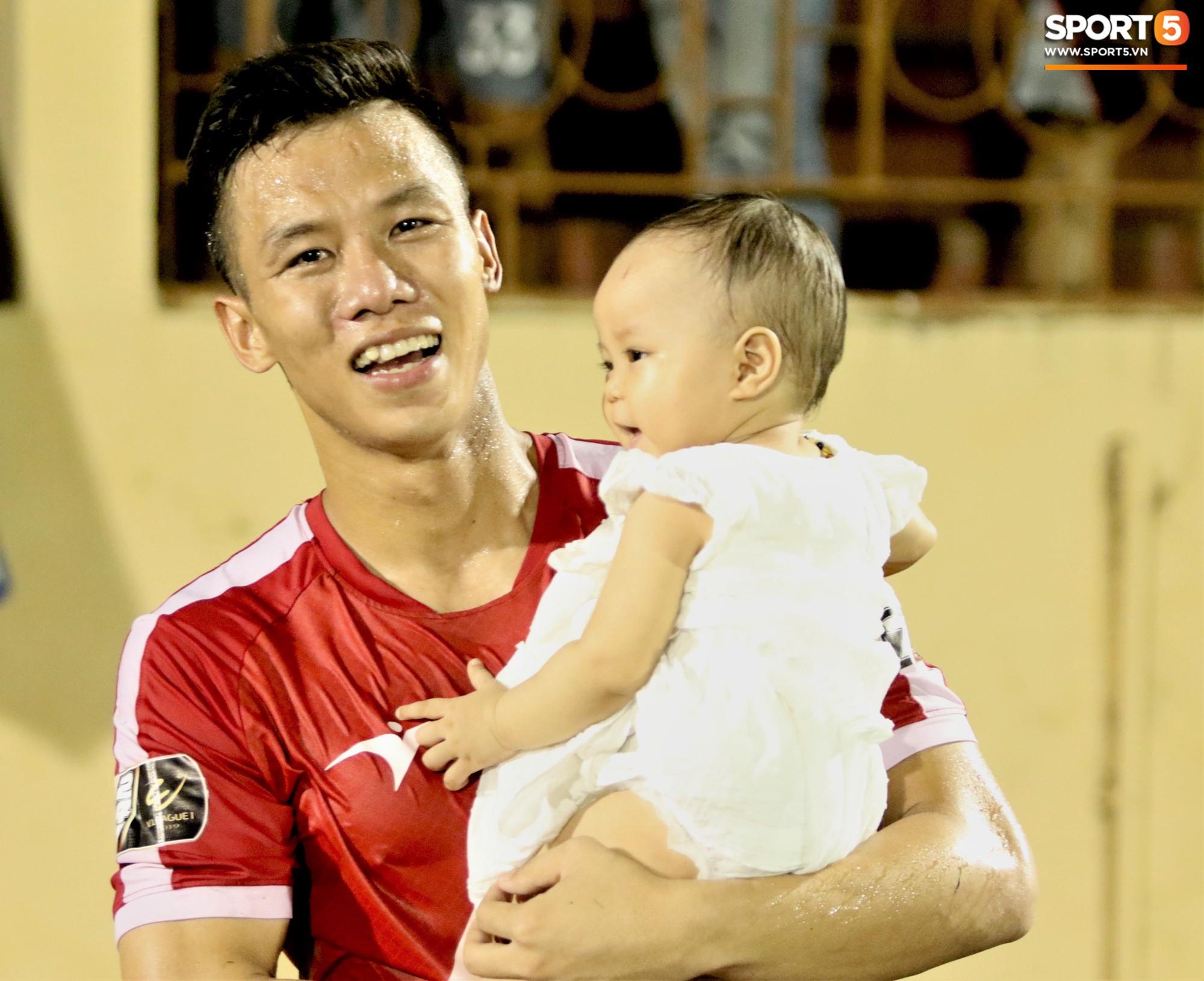 Hạnh phúc như Hải Quế: Ngày của bố được đón con gái xuống sân ăn mừng chiến thắng trước Khánh Hòa-8