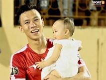 Hạnh phúc như Hải Quế: Ngày của bố được đón con gái xuống sân ăn mừng chiến thắng trước Khánh Hòa