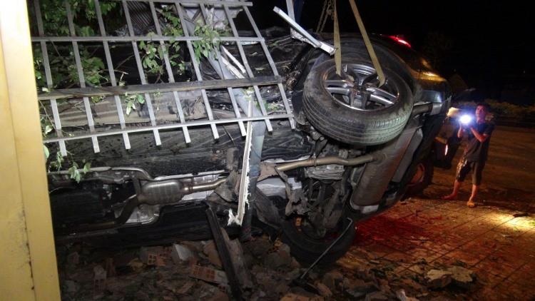 Chạy tốc độ kinh hoàng, xe Mercedes tông 3 căn nhà, 1 người tử vong-1