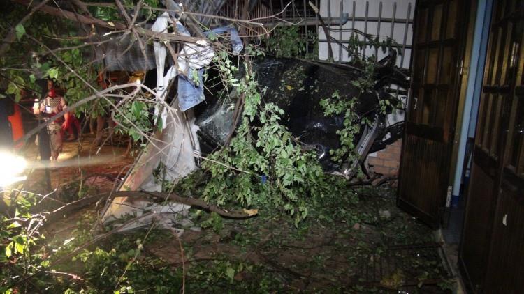 Chạy tốc độ kinh hoàng, xe Mercedes tông 3 căn nhà, 1 người tử vong-2