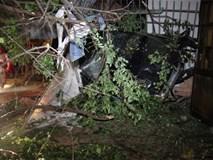 Chạy tốc độ kinh hoàng, xe Mercedes tông 3 căn nhà, 1 người tử vong