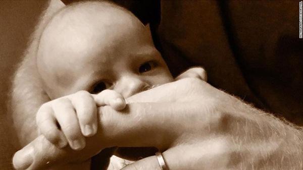 Sau bao ngày chờ đợi, Hoàng tử Harry và Meghan cũng chịu công bố ảnh chụp cận mặt con trai đúng dịp Ngày của bố-1