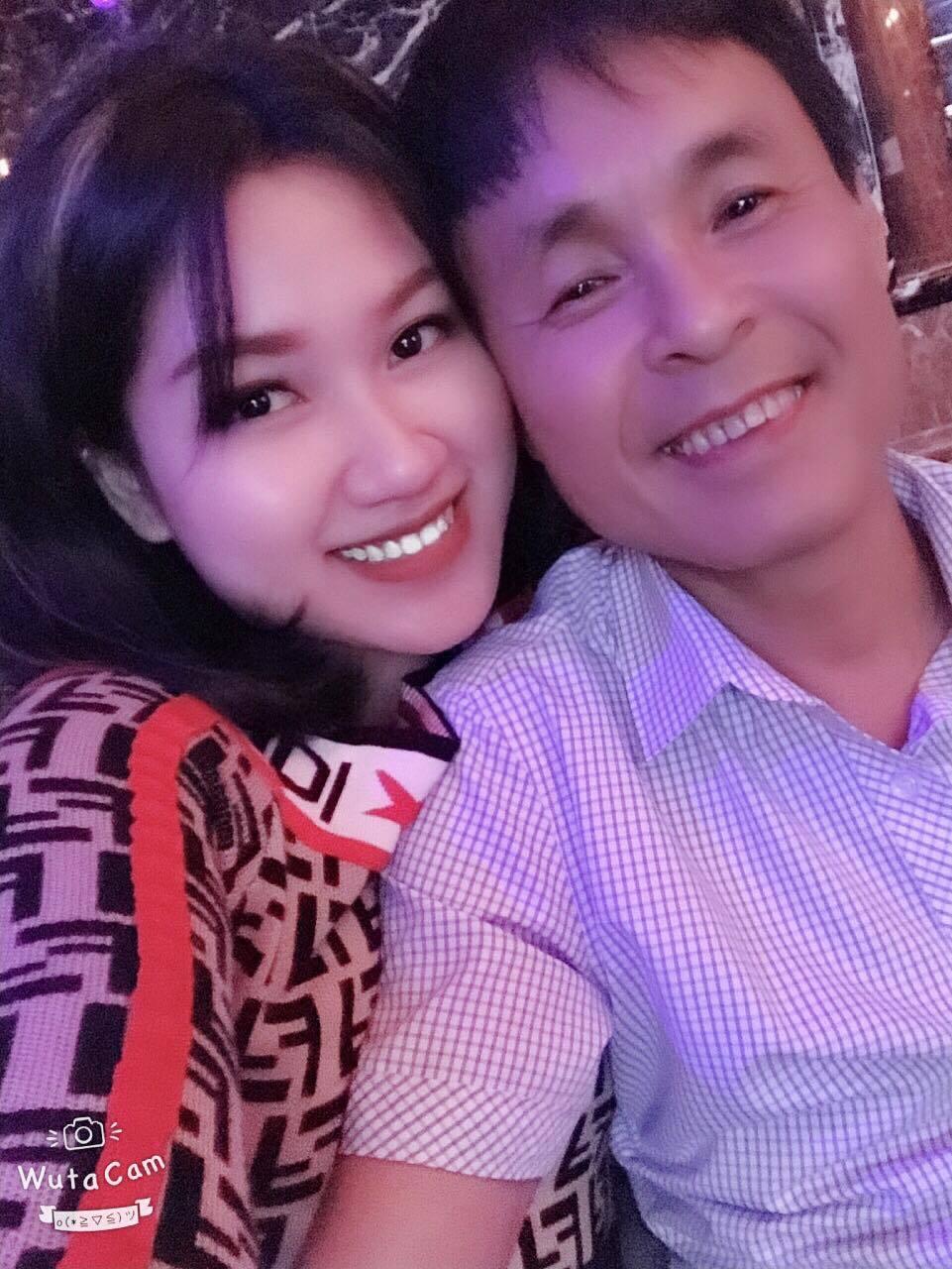 Chuyện tình ngọt ngào của ông chủ quán karaoke và vợ kém 30 tuổi-1