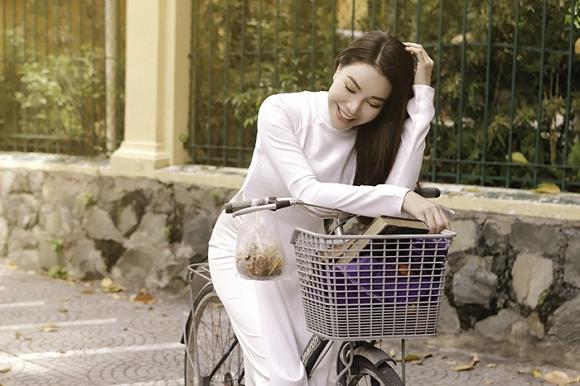Trà Ngọc Hằng hoá nữ sinh trung học, dịu dàng với áo dài tinh khôi-1