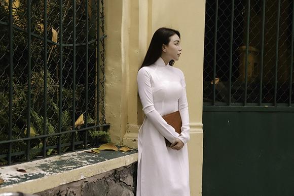 Trà Ngọc Hằng hoá nữ sinh trung học, dịu dàng với áo dài tinh khôi-7