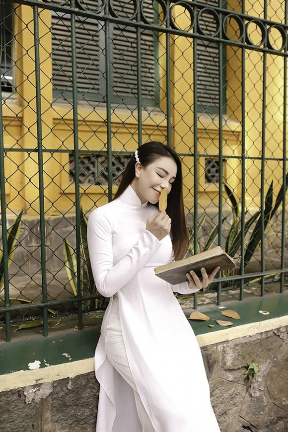Trà Ngọc Hằng hoá nữ sinh trung học, dịu dàng với áo dài tinh khôi-11
