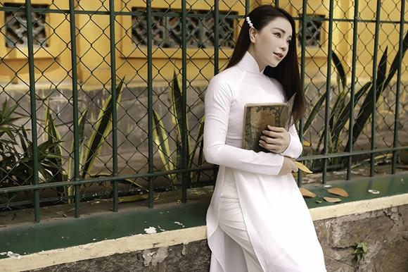 Trà Ngọc Hằng hoá nữ sinh trung học, dịu dàng với áo dài tinh khôi-12