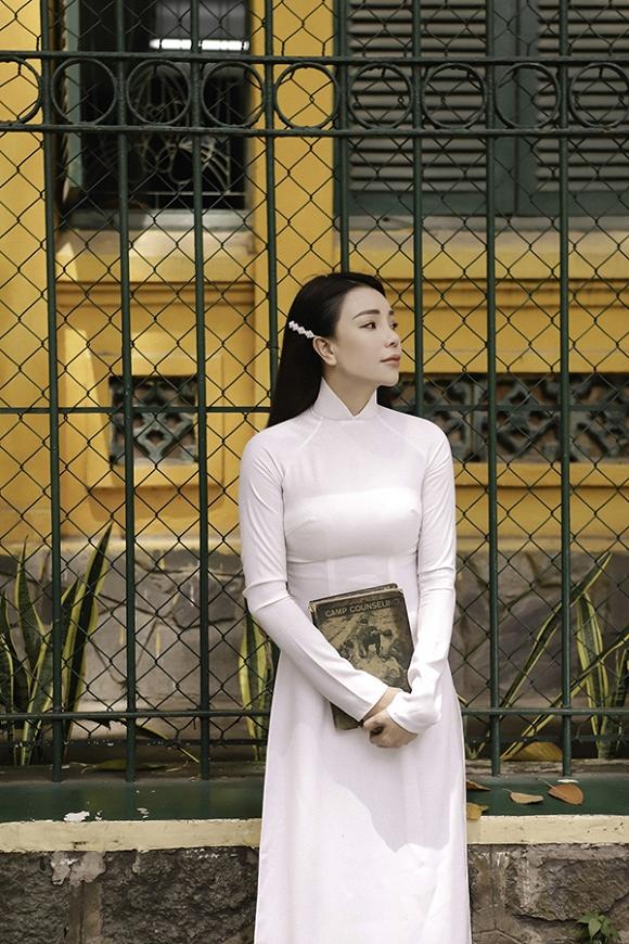 Trà Ngọc Hằng hoá nữ sinh trung học, dịu dàng với áo dài tinh khôi-13