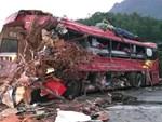 Clip: Khoảnh khắc kinh hoàng khi xe tải đối đầu xe khách, 41 người thương vong ở Hòa Bình-2