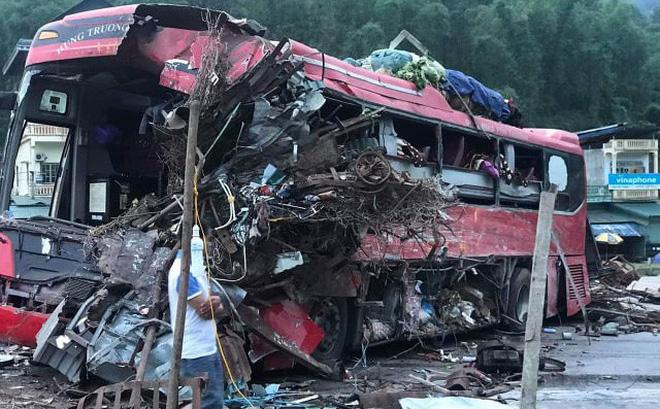 Clip: Khoảnh khắc kinh hoàng khi xe tải đối đầu xe khách, 41 người thương vong ở Hòa Bình-1