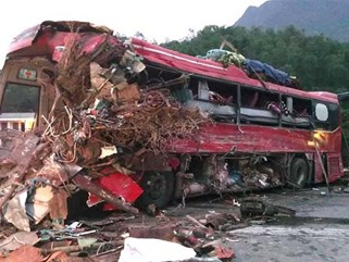 Xe tải đối đầu xe khách, 41 người thương vong