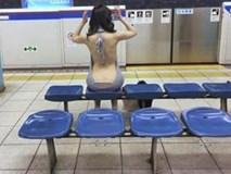 Cô gái ngồi chờ tàu với chiếc váy mặc như không, hở từ lưng đến mông gây