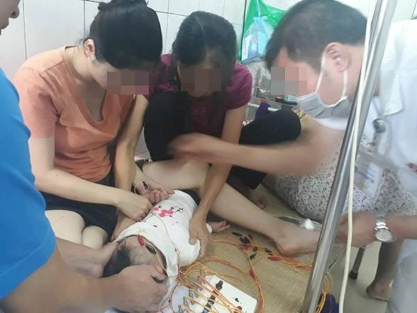 Bé gái 12 tháng liệt dây thần kinh ngoại biên do nằm điều hòa: BS khuyến cáo cách chăm sóc con an toàn-1
